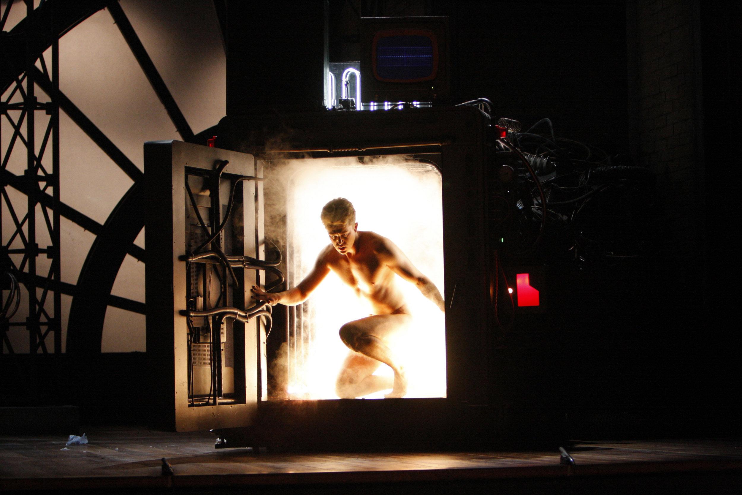 Daniel Okulitch饰演Seth Brundle。图片来源: Robert Millard, 美国洛杉矶歌剧院, 2008