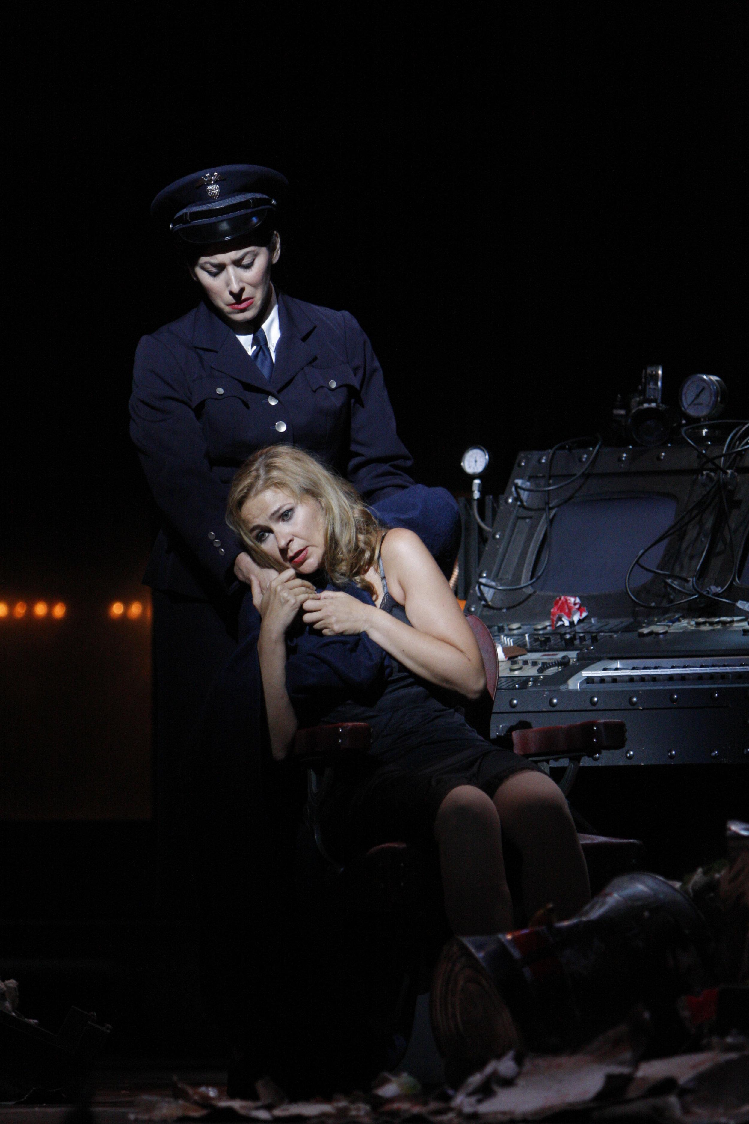 Beth Clayton (top) as the Officer, with Ruxandra Donose as Veronica Quaife in The Fly. 图片来源: Robert Millard, 美国洛杉矶歌剧院, 2008