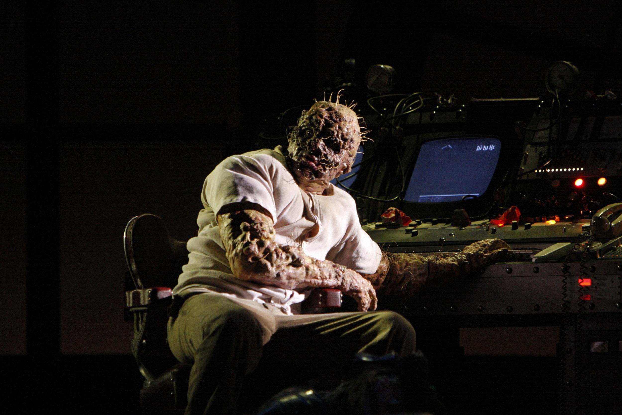 Daniel Okulitch as Seth Brundle in The Fly. 图片来源: Robert Millard, 美国洛杉矶歌剧院, 2008