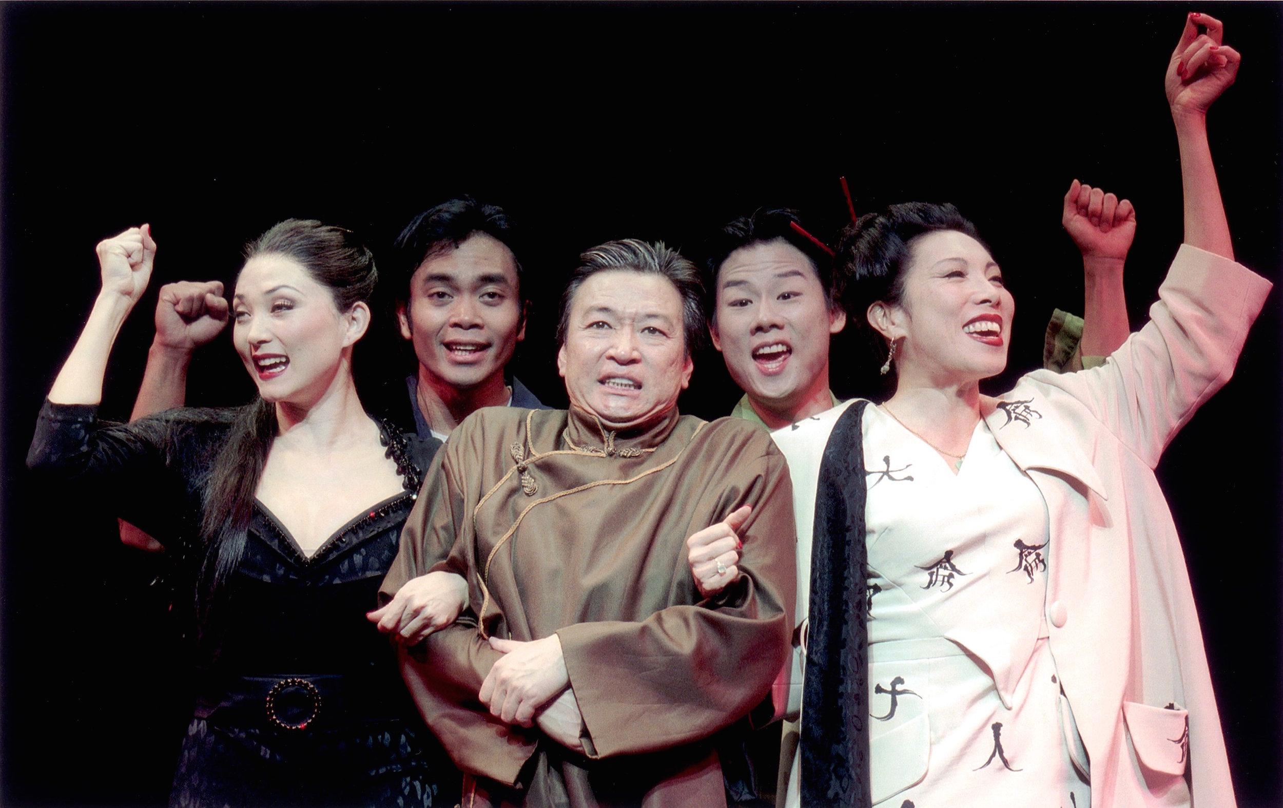(从左至右)Sandra Allen, Jose Llana, Tzi Ma(马泰), Allen Lui, 和 Jodi Long。剧照由Craig Schwartz于2001年为马克泰博论坛剧院所摄。