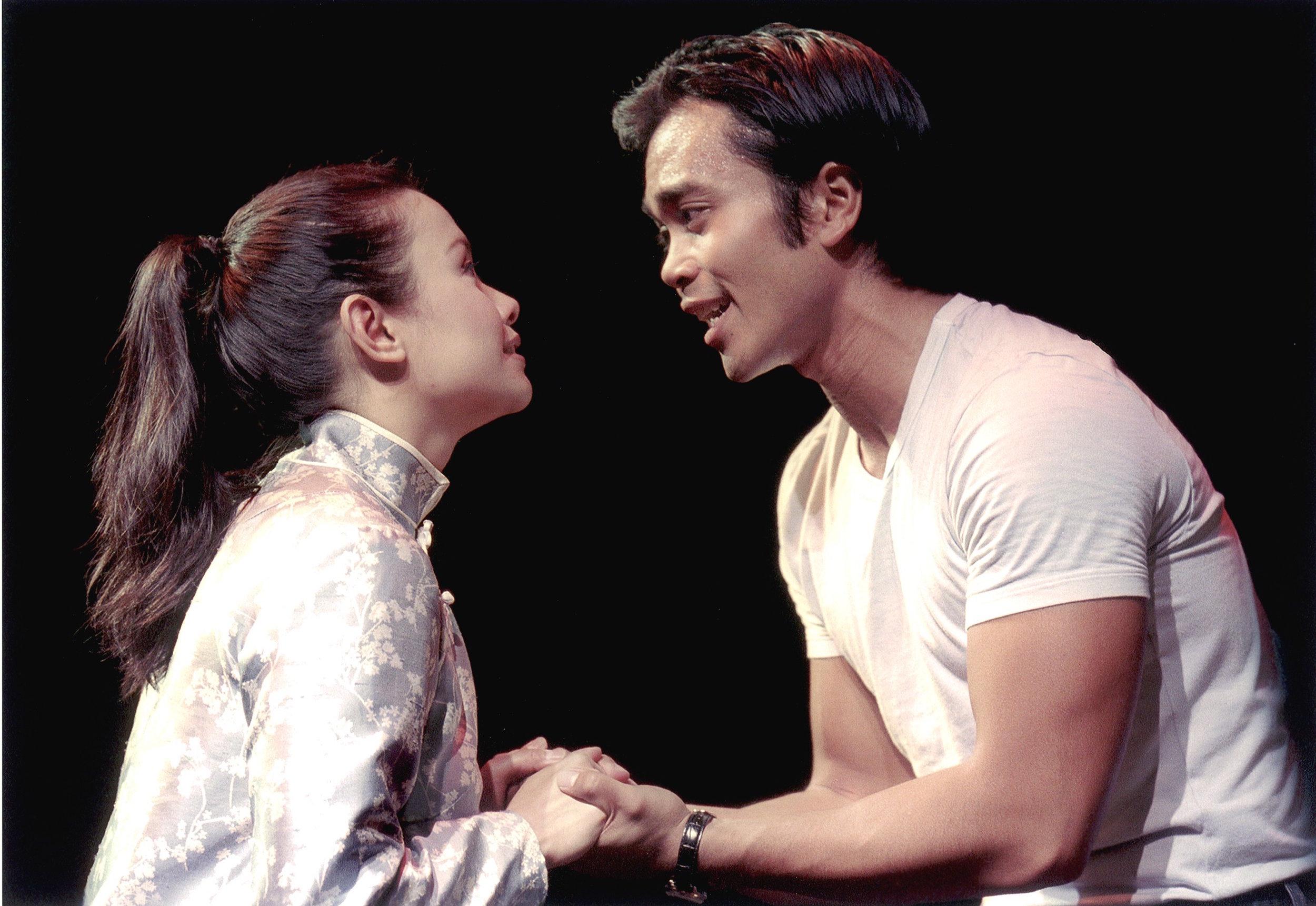 莉雅·萨隆加和Jose Llana。剧照由Craig Schwartz于2001年为马克泰博论坛剧院所摄。