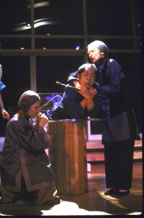 演员名单(从左至右): June Kim, Victor Wong 和 Tina Chen。 Martha Swope摄于纽约莎士比亚戏剧节, 图片提供:纽约公共图书馆。