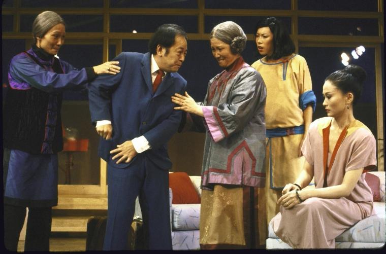 演员名单(从左至右):Tina Chen, Victor Wong, June Kim, Jodi Long, 和Helen Funai。 Martha Swope摄于纽约莎士比亚戏剧节, 图片提供:纽约公共图书馆。