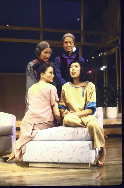 演员,(站立,从左至右)June Kim 和 Tina Chen; (坐着的,从左至右) Helen Funai 和 Jodi Long。Martha Swope摄于纽约莎士比亚戏剧节, 图片提供:纽约公共图书馆