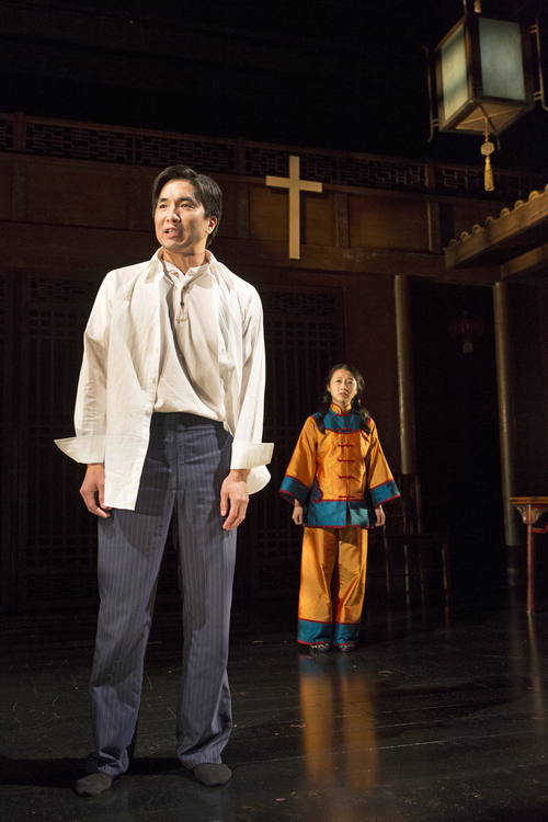 Greg Watanabe 和Annie Q.  摄影: Richard Termin, 署名剧院制作, 2012年。