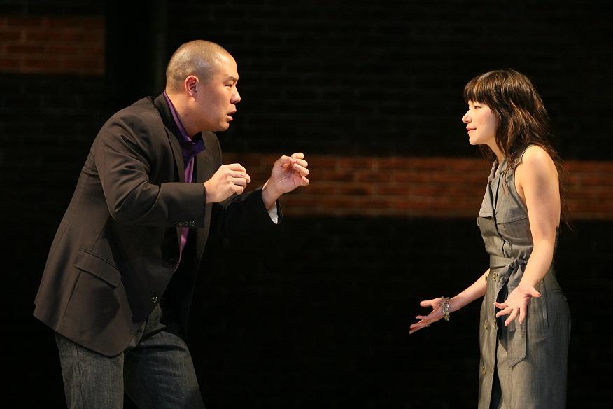 Hoon Lee 和 Julienne Hanzelka Kim。 Michal Daniel 2007年摄于公共剧院。