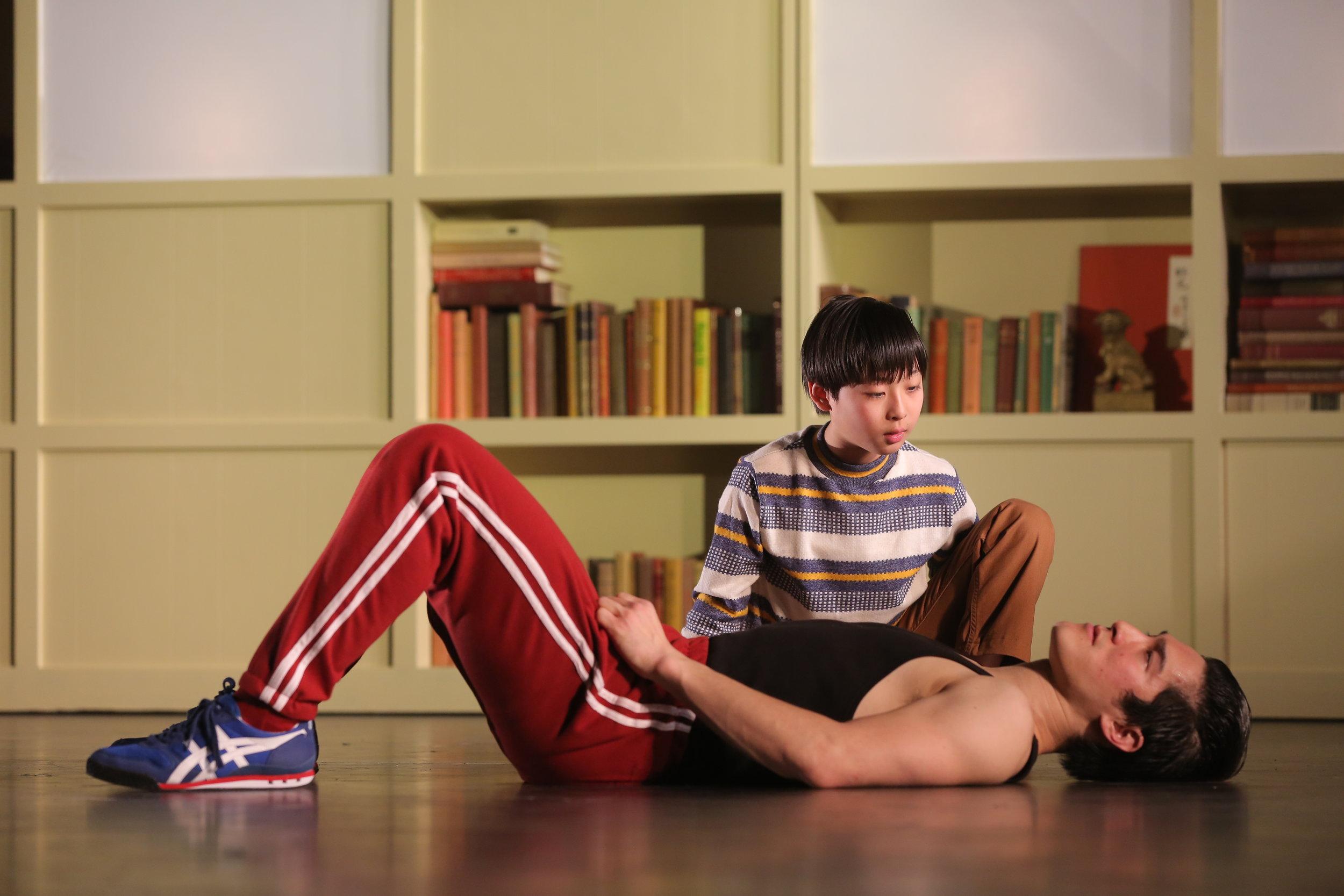 Cole Horibe 和 Bradley Fong. 图片来源: Joan Marcus,署名剧院,2014