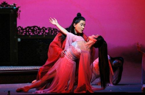 宝玉(男高音石倚洁)和黛玉(女高音曹青曹青(Pureum Jo.,韩裔)在《红楼梦》演出中,旧金山歌剧院与香港艺术节联合出品。