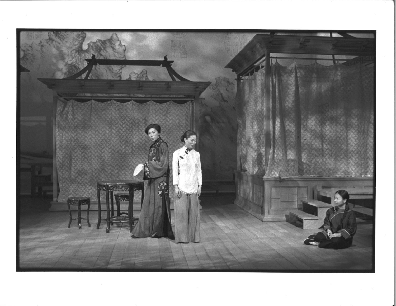 Jodi Long, Lianna Pai, 和Julyana Soelistyo。摄影:Michal Daniels,纽约公共剧院,1996年。