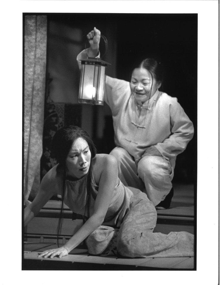Jodi Long和Julyana Soelistyo。摄影:Michal Daniels,纽约公共剧院,1996年。
