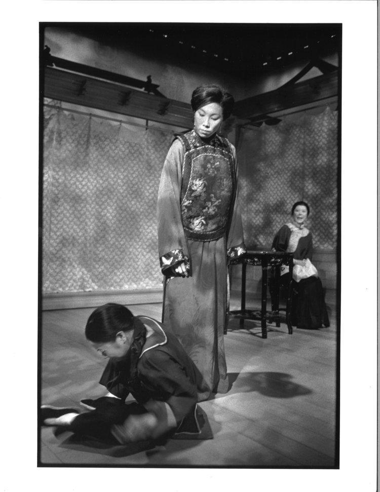 Julyana Soelistyo, Jodi Long, 和Tsai Chin。摄影:Michal Daniels,纽约公共剧院,1996年。