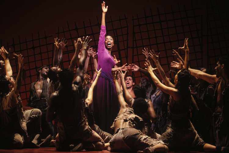 Heather Headley and the original Broadway cast《阿依达》, 词曲: 艾尔顿·约翰和蒂姆·莱斯. 图片来源:Joan Marcus, 版权所有:迪斯尼,2000.