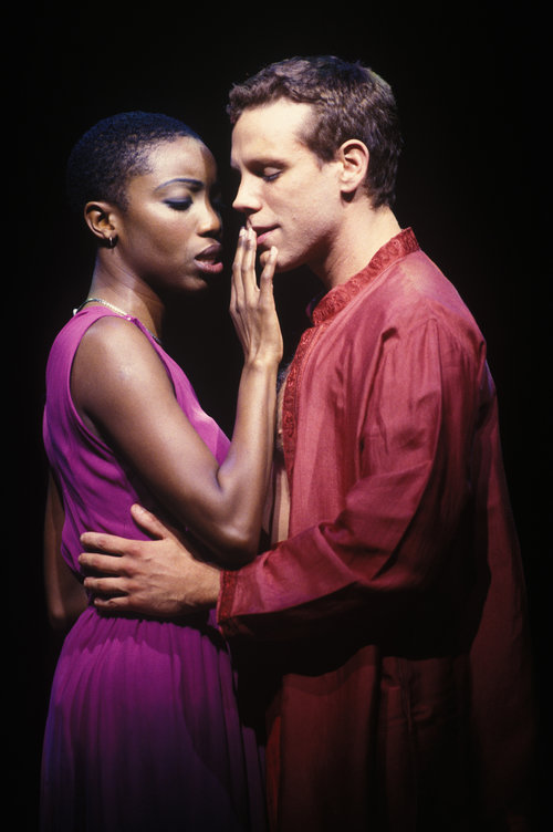 Heather Headley and Adam Pascal in 《阿依达》,词曲: 艾尔顿·约翰 和蒂姆·莱斯。 图片来源:Joan Marcus, 版权所有:迪斯尼,2000年