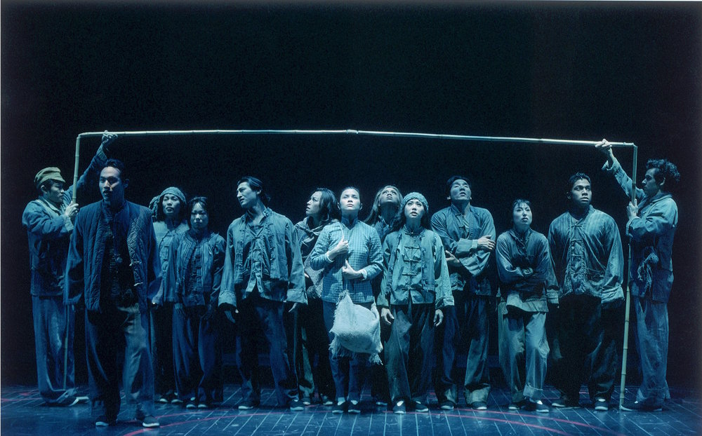 莉雅·萨隆加 (中间挎包者)和《花鼓戏》卡司在马克泰博论坛剧院演出。摄影:Craig Schwartz
