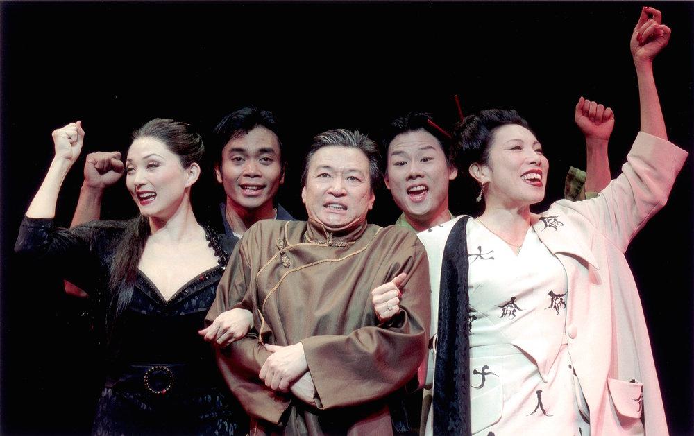 (从左至右)Sandra Allen, Jose Llana, Tzi Ma(马泰), Allen Liu和 Jodi Long。剧照由Craig Schwartz于2001年为马克泰博论坛剧院所摄。