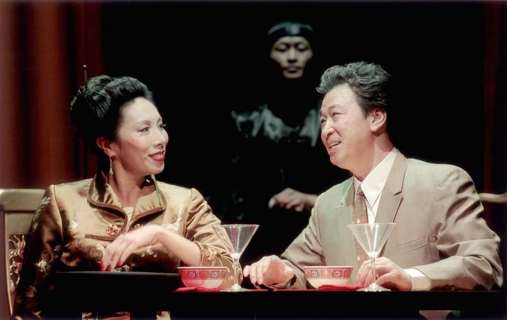 Jodi Long 和 Tzi Ma(马泰), 以及在背景处的Eric Chan 。剧照由Craig Schwartz于2001年为马克泰博论坛剧院所摄。