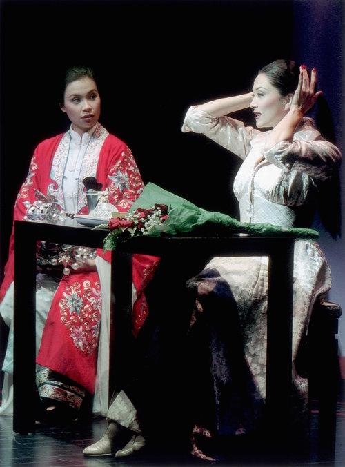 莉雅·萨隆加和Sandra Allen。剧照由Craig Schwartz于2001年为马克泰博论坛剧院所摄