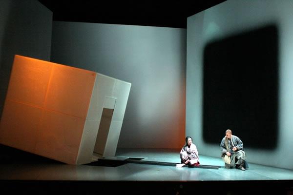 Herbert Perry和Suzan Hanson在《声之音》 第一部分。 图片来源: Richard Feldman, 美国剧目剧院, 2003
