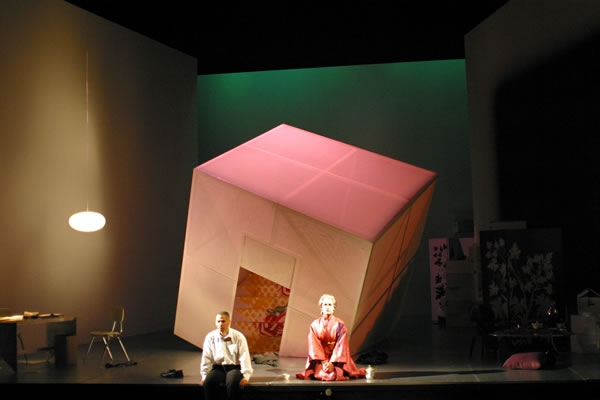 Eugene Perry和Janice Felty在《声之音》 第二部分。 图片来源: Richard Feldman, 美国剧目剧院, 2003