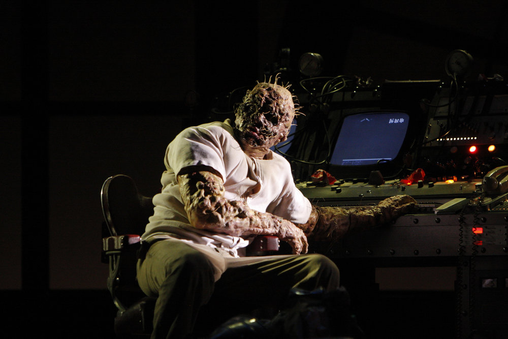Daniel Okulitch as Seth Brundle in The Fly. 图片来源: Robert Millard, 美国洛杉矶歌剧院, 2008