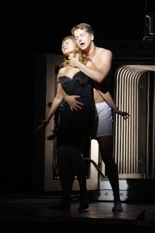 Ruxandra Donose as Veronica Quaife and Daniel Okulitch as Seth Brundle in The Fly. 图片来源: Robert Millard, 美国洛杉矶歌剧院, 2008
