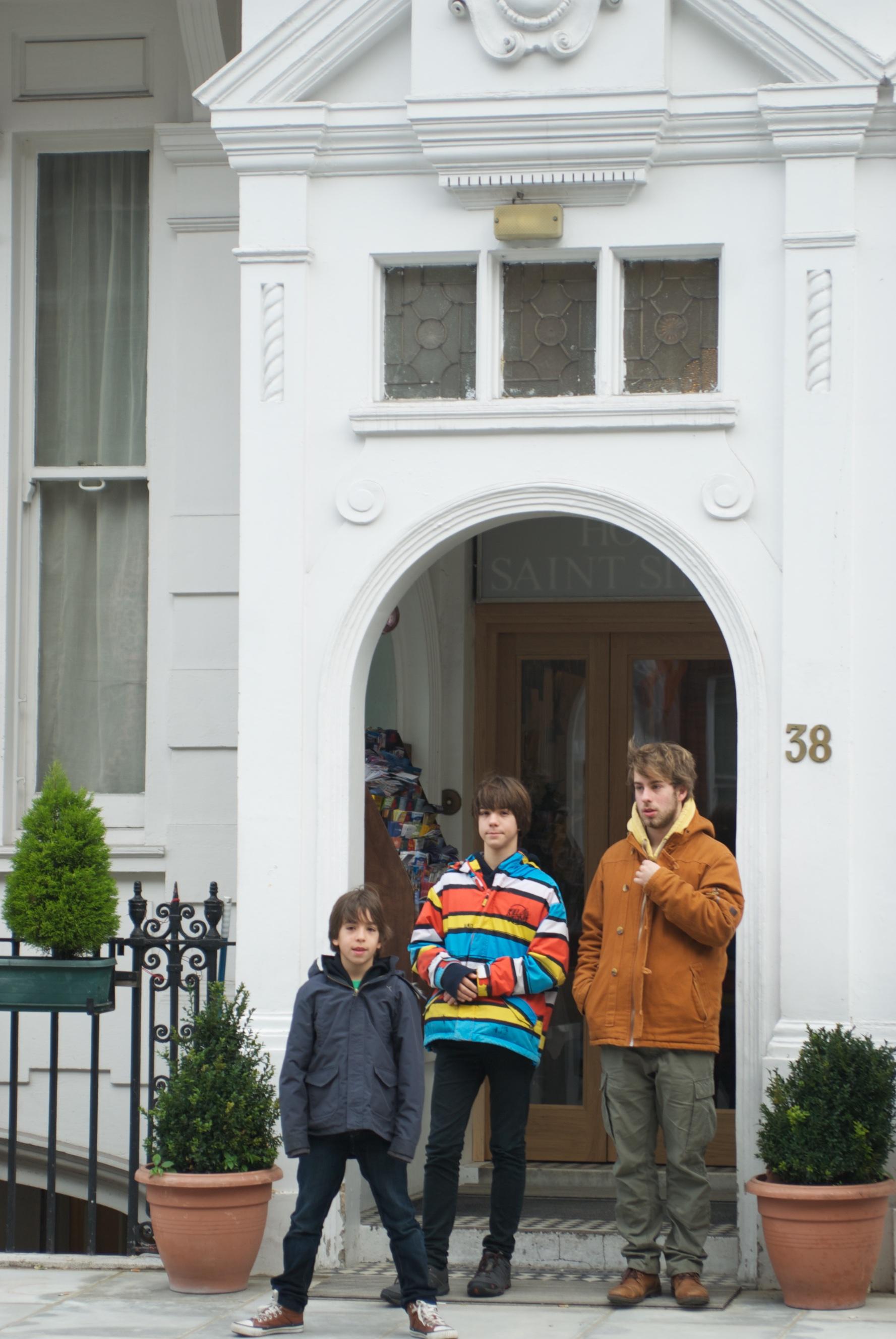 Los chicos en la entrada del hotel