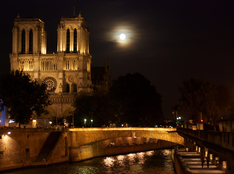 Notre Dame de noche y luna llena. Paris