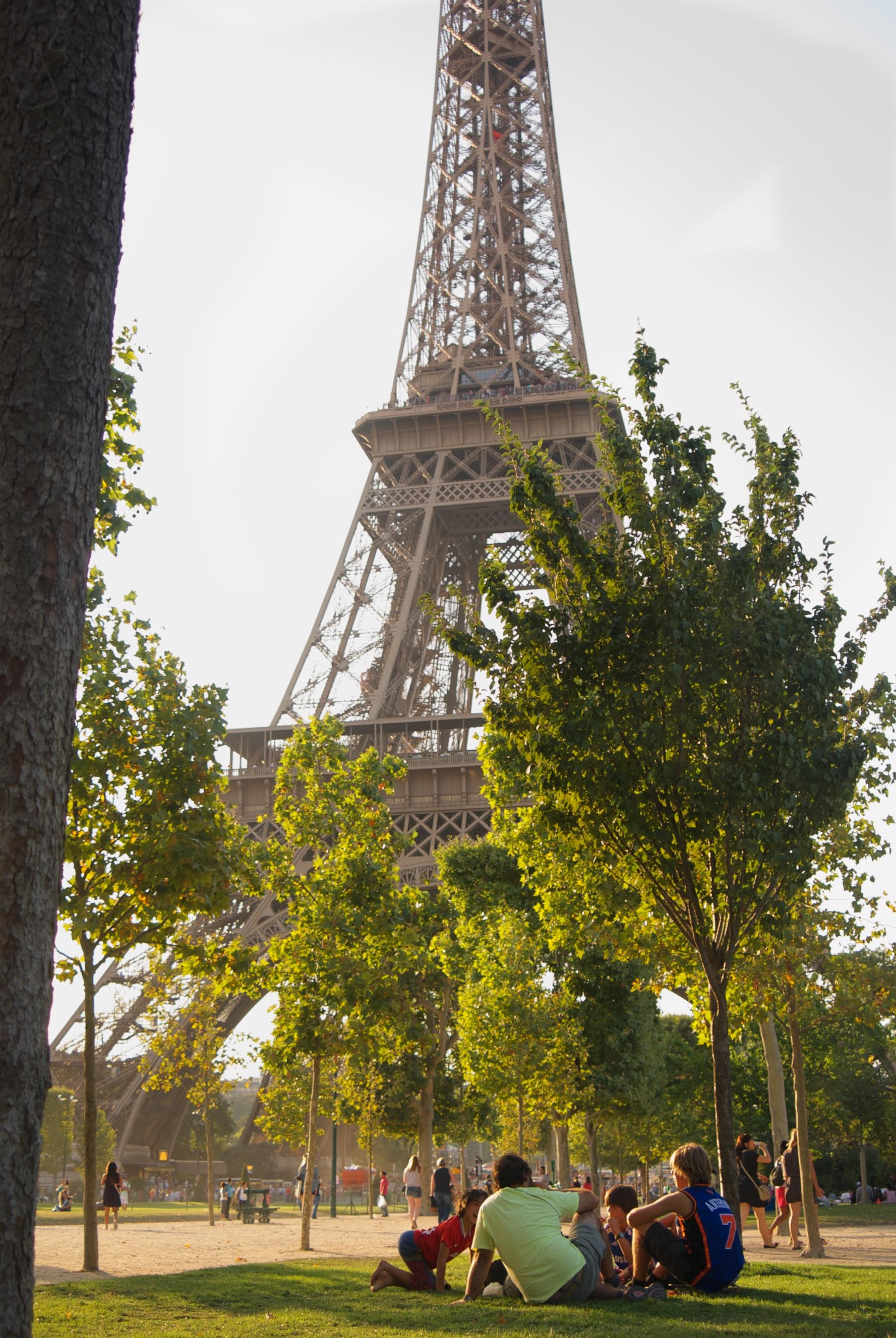 Picnic con los niños en la Torre Eiffel