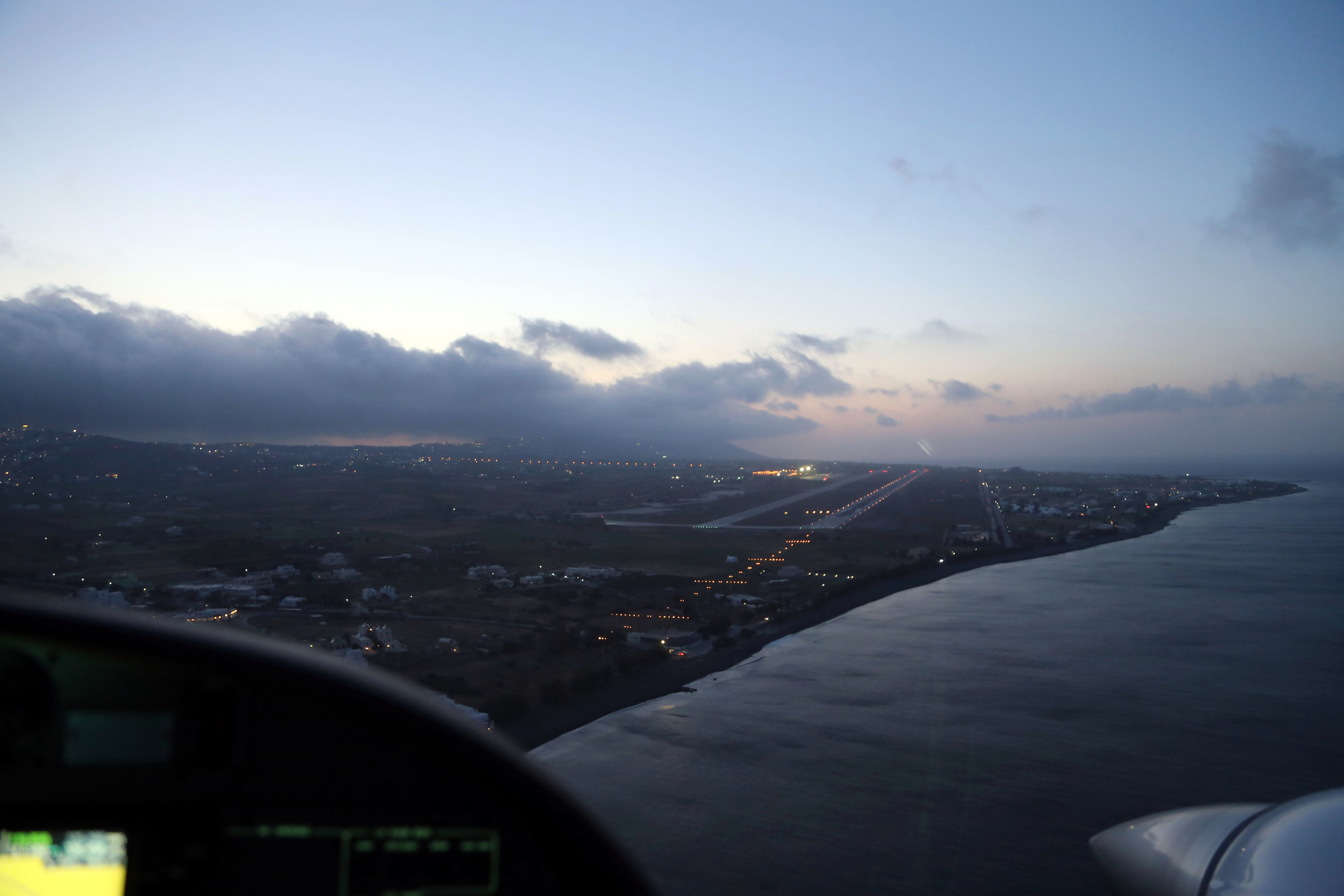 20140425 048 DA42 N181CW approaching Santorini.JPG