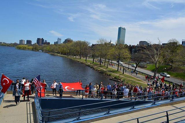 """21 Nisan Pazar Günü Boston Türk Yürüyüşüne bütün üyelerimizi bekliyoruz!  NETSA olarak Boston'da yaşayan tüm Türkleri """"Geleneksel Boston Türk Yürüşü"""" etkinliğimizde hep birlikte yaklaşan 23 Nisan Ulusal Egemenlik ve Çocuk Bayramı'nı kutlamaya davet ediyoruz! Boston'da ve çevre şehirlerde yaşayan Türklerle bir araya gelmek amacıyla 21 Nisan Pazar günü saat 12:30`da gerçekleştirececeğimiz yürüyüşümüzün ardından yürüyüşümüzü piknikle sonlandırıyoruz.  Bu anlamlı günü kırmızı-beyaz bir şölene çevirmek üzere sizlerle buluşmak için sabırsızlanıyoruz!  Başlangıç Noktası: MIT Bitiş Noktası: Magazine Beach Park  Başlangıç Saati: 12:30"""