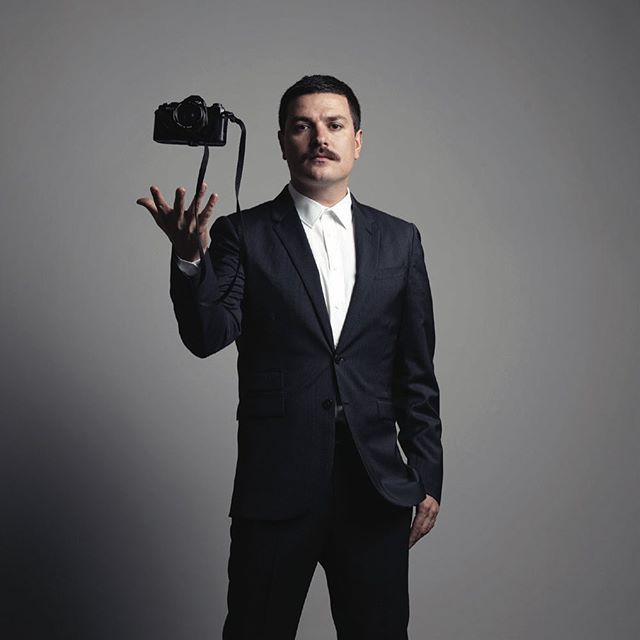 """NETSA Global Youth fotoğraf yarışmamızın bitmesine sadece 3 gün kaldı! Yarışmamızın jurisi Mehmet Turgut'u tanıyalım!  21 temmuz 1977 yılında Ankara'da doğdu. İsmini aldığı dedesi Mehmet Turgut'un mesleği olan fotoğrafçılık kaderini belirledi. Uzun yıllardır teorik fotoğrafçılık, baskı teknikleri, boyama, kara kalem ve fotoğraf işleme üzerine çalışmalar yaptı. İlerleyen zaman içerisinde kendisini kurgusal fotoğraflar üretmeye ve çekmeye adadı. Photographic Society of America PSA ve Austria Super Circuit başta olmak üzere yurtiçi ve yurtdışında sayısız ödül kazandı. Ayrıca fotoğraf  üzerine sayısız seminer verdi. Son dönem çalışmaları arasında; Dünyaca ünlü Fransız şarkıcı Patricia Kaas'in """"best of"""" albümü """"19"""" kapak fotoğrafları, Hollandalı müzisyen Anneke Van Giersbergen'ın konser albümü """"Live In Europe"""" ve Ozzy Osbourne'un son single çalışması """"Let It Die"""" için kullanılan kapak fotoğrafları dikkat çekenlerden sadece birkaçı. 2009'da Türk Sanat Kurumu tarafından yılın fotoğraf sanatçısı seçilen, aynı zamanda, Mart 2010'da yayımlanmaya başlanan 46 dergisinin sahibi ve yaratıcı yönetmeni olan Mehmet Turgut; ilk fotoğraf kitabı olan """"30""""u 2012 yılının Aralık ayında çıkardı. #netsaglobalyouth #turkishairlines #istanbulairport"""