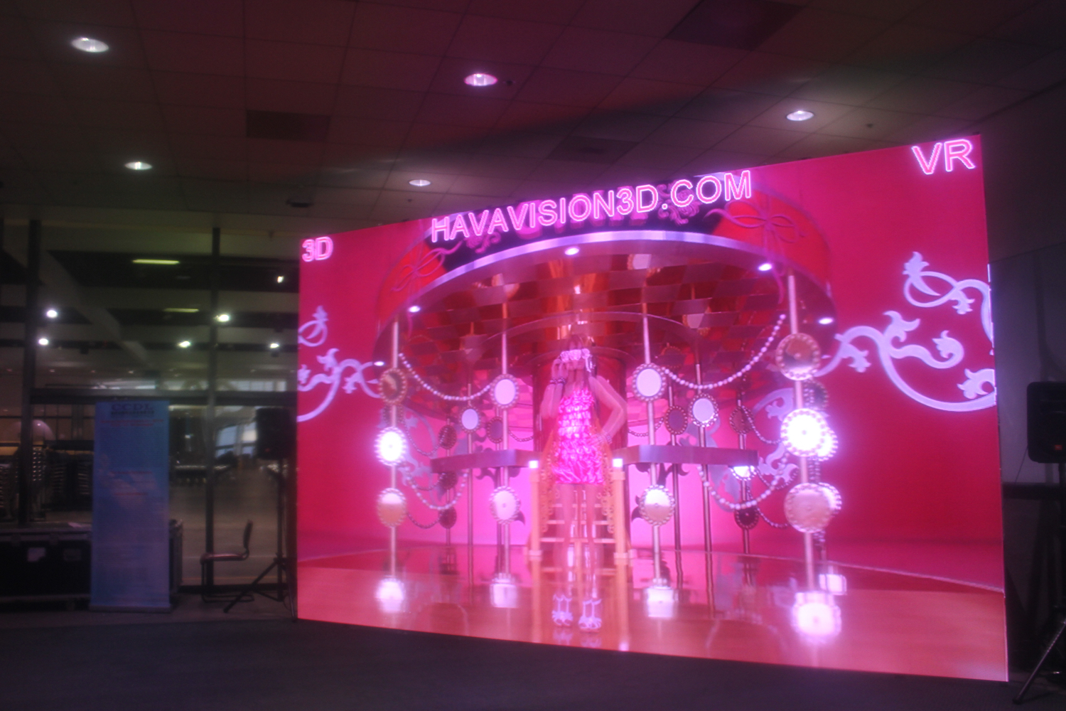 This was amazing, very smooth 3D projections by  Havavision . They handed out 3D glasses for an immersive mall experence.