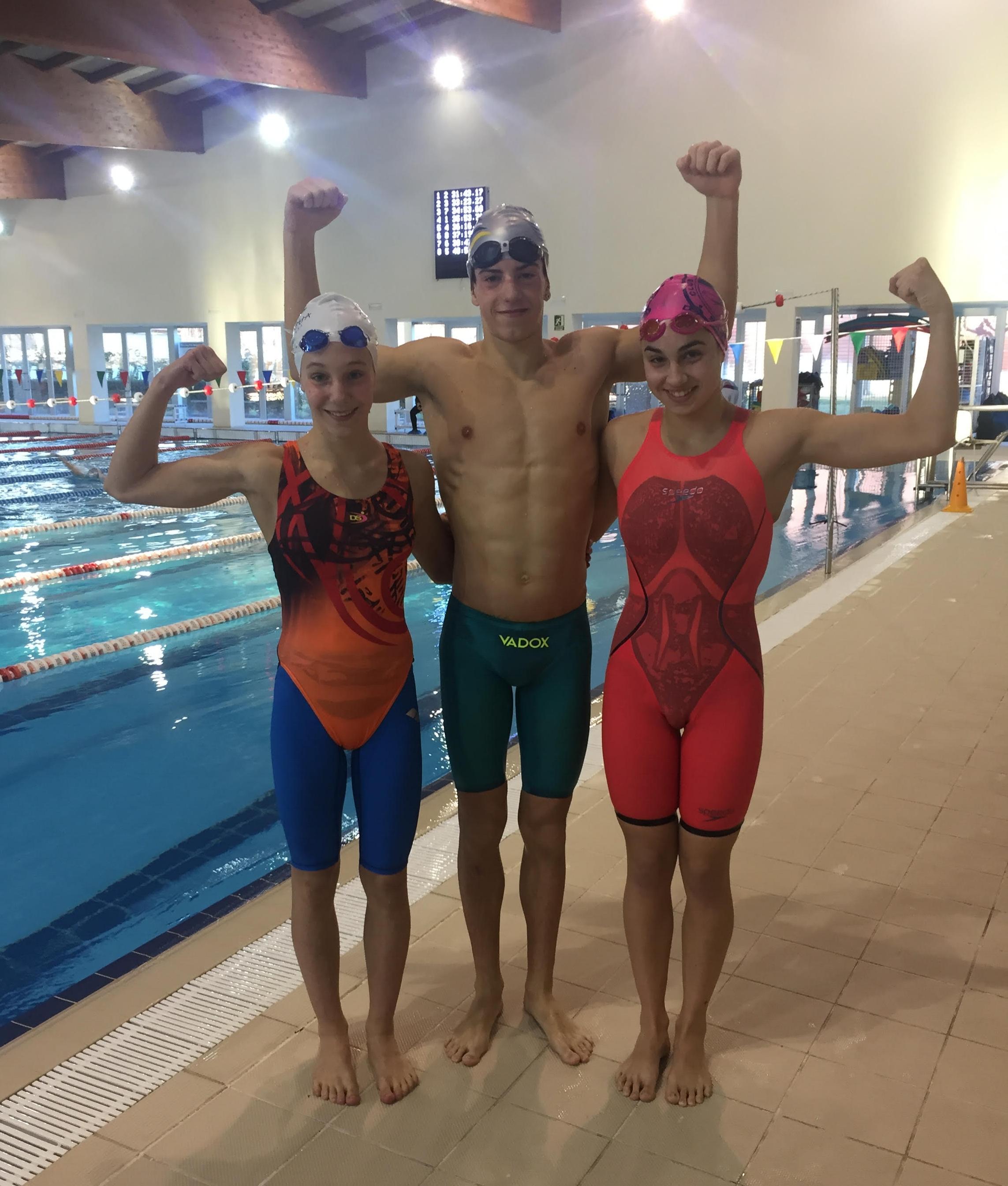 De izquierda a derecha: Andrea Panazán, Marcos Godoy y Alba Romero. Los tres nadadores consiguieron récords absolutos.