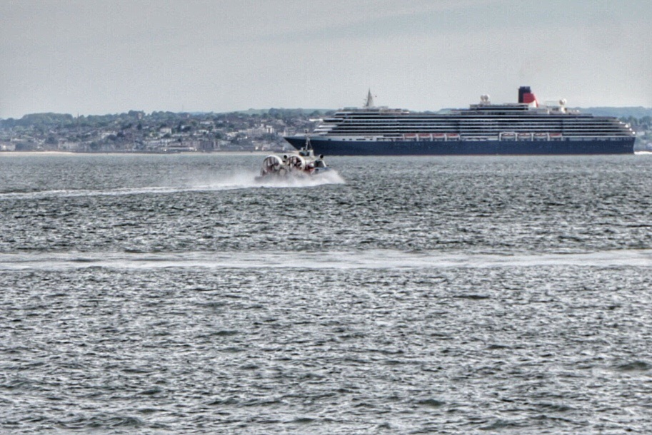 Hovercraft bypassing the Queen Elizabeth