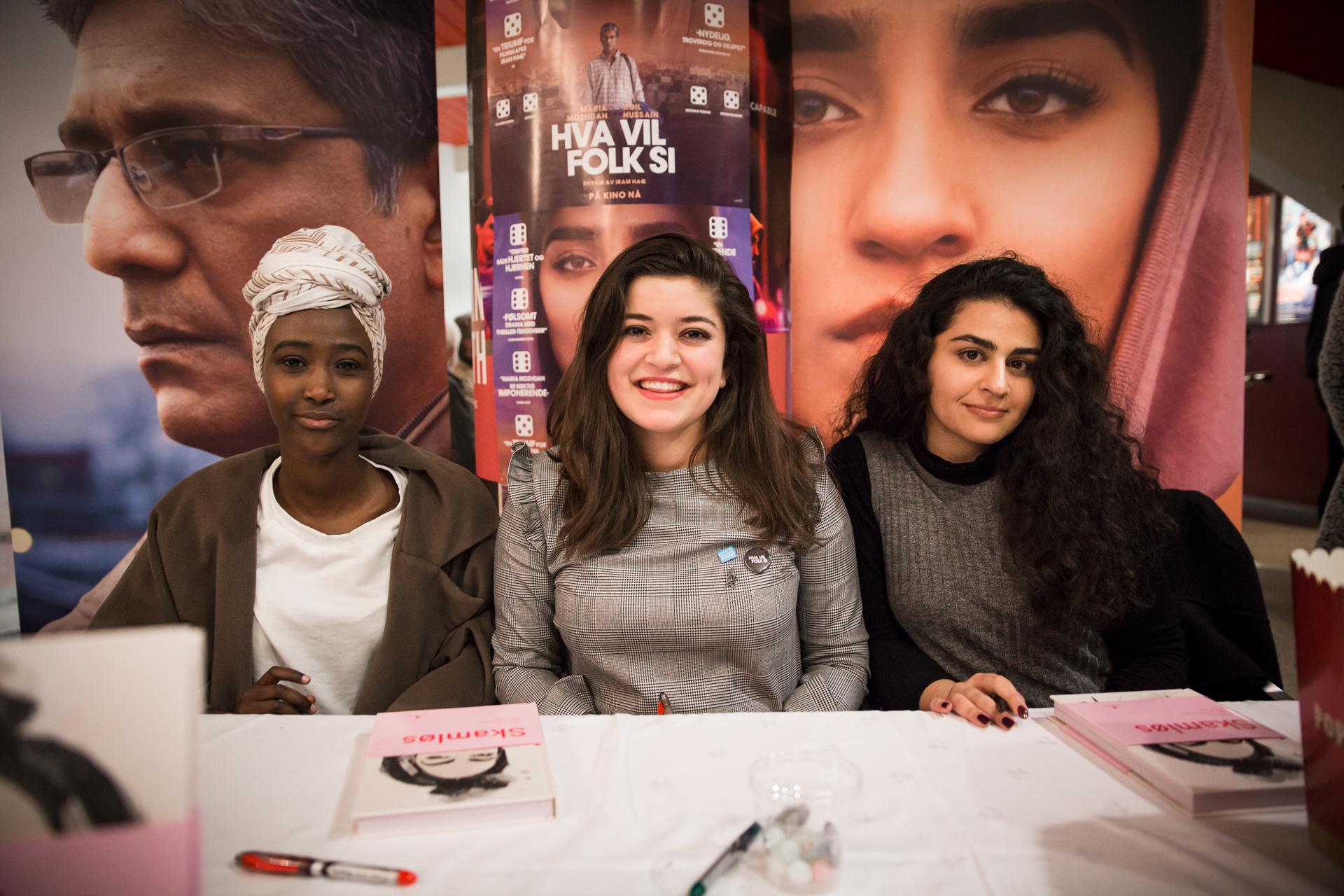 Skamløs-forfatterne Amina Bile, Nancy Herz og Sofia Nesrine Srour signerte den rykende ferske boka si i foajeen på Saga kino i forbindelse med jentevisningen. Foto: Solveig Bakken
