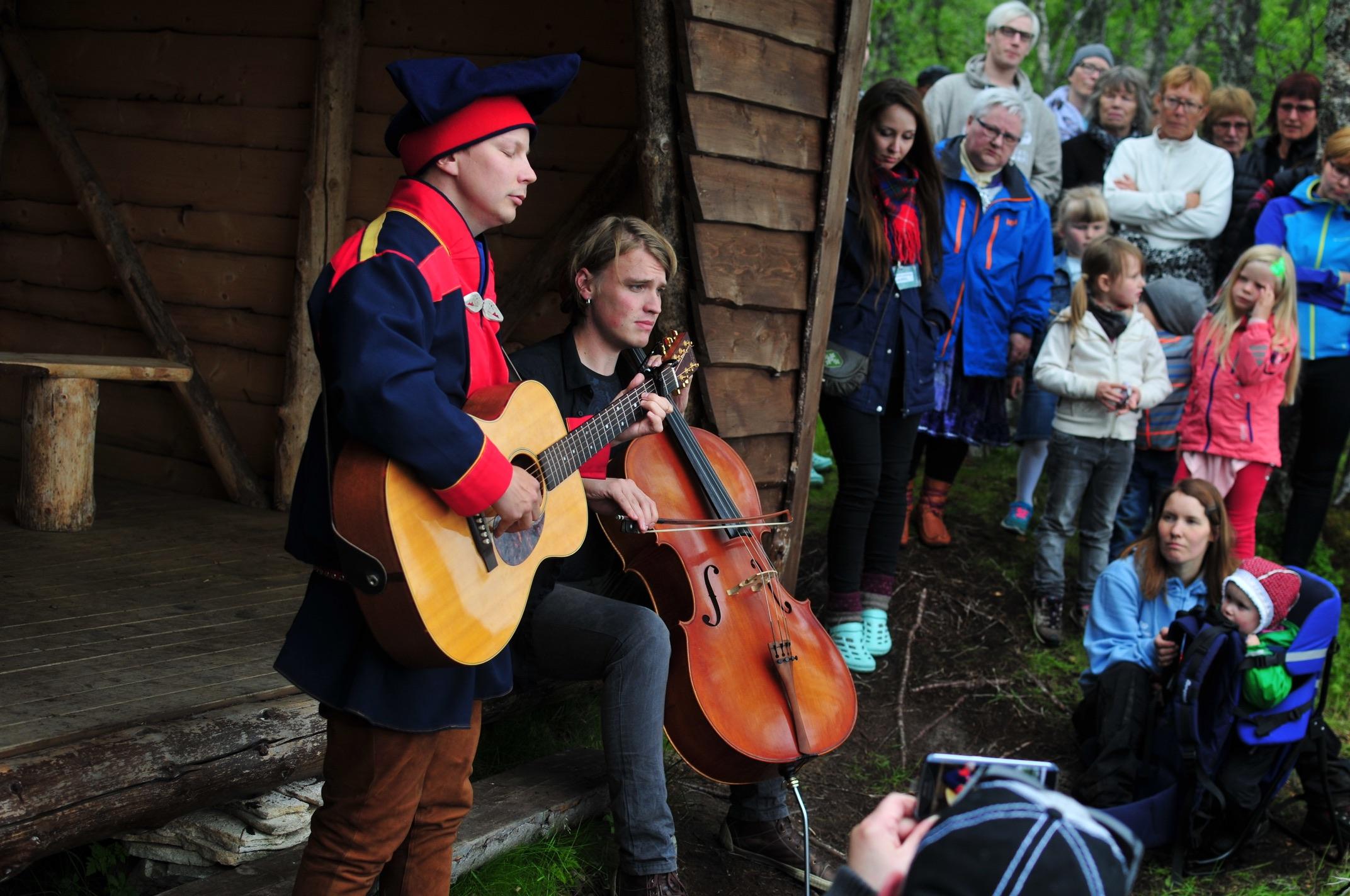 Niillas Holmberg & Roope Mäenpää Márkomeannu-festivalas 2015. Govva: John H Storhaug:Fo2john