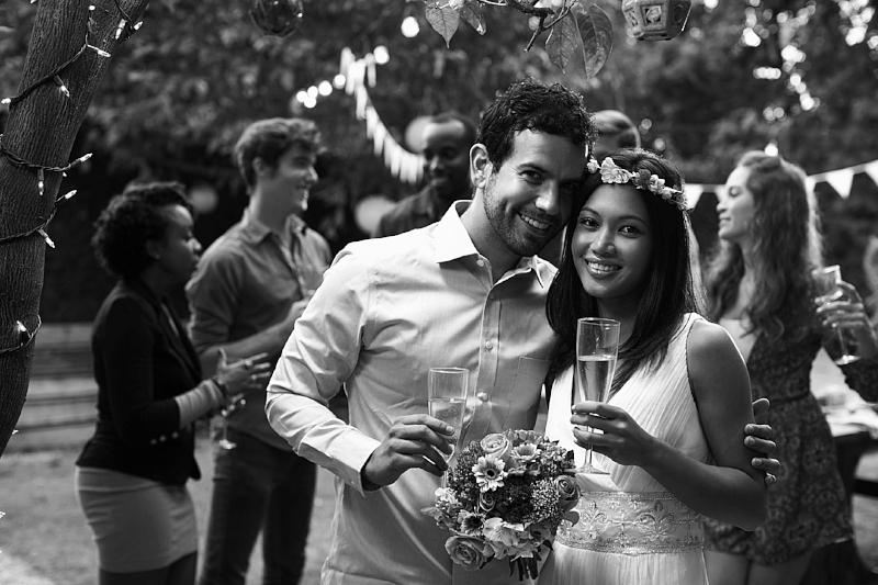 Bryllupsfest - Et bryllup er en nydelig seremoni som markerer den viktigste dagen i mange menneskers liv. Men det blir ikke et skikkelig bryllup uten en kjempefest senere på kvelden, der man får feiret det nye paret med drikking og dansing til fantastisk musikk. En DJ kan bidra med det perfekte lydsporet hele dagen, fra avslappende lounge-musikk på ettermiddagen via lett dansemusikk på kvelden til ellevill fest etter midnatt. Vi kan i tillegg tilby solister til opptreden under seremonien og live musikere med innslag under festen. Bruden bestemmer.SEND OSS EN BOOKINGFORESPØRSEL
