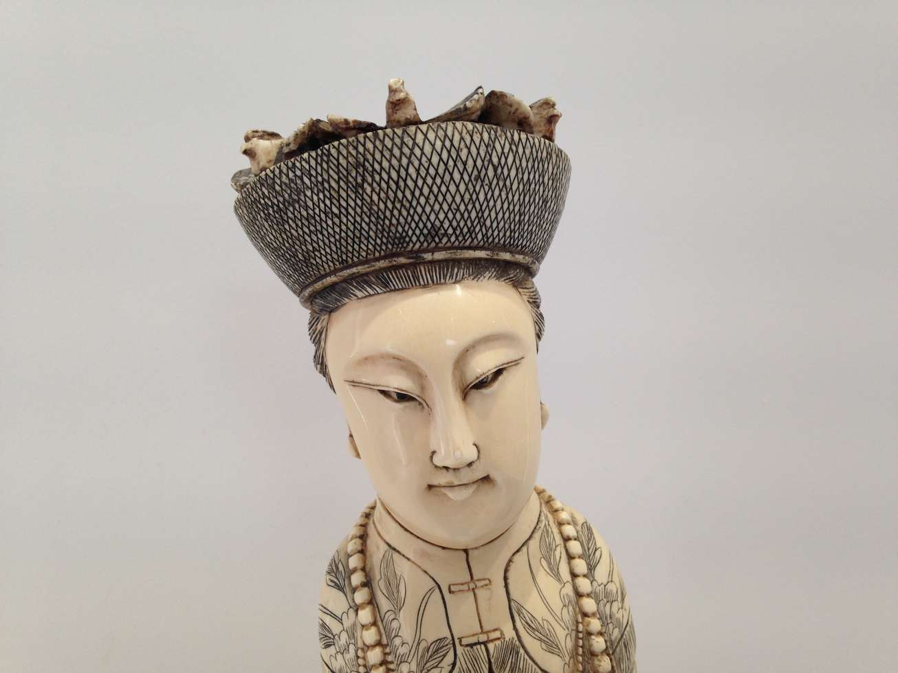 ivoire-sculpture-defense-chine-chapeau-resine-art-restaurarte.jpg