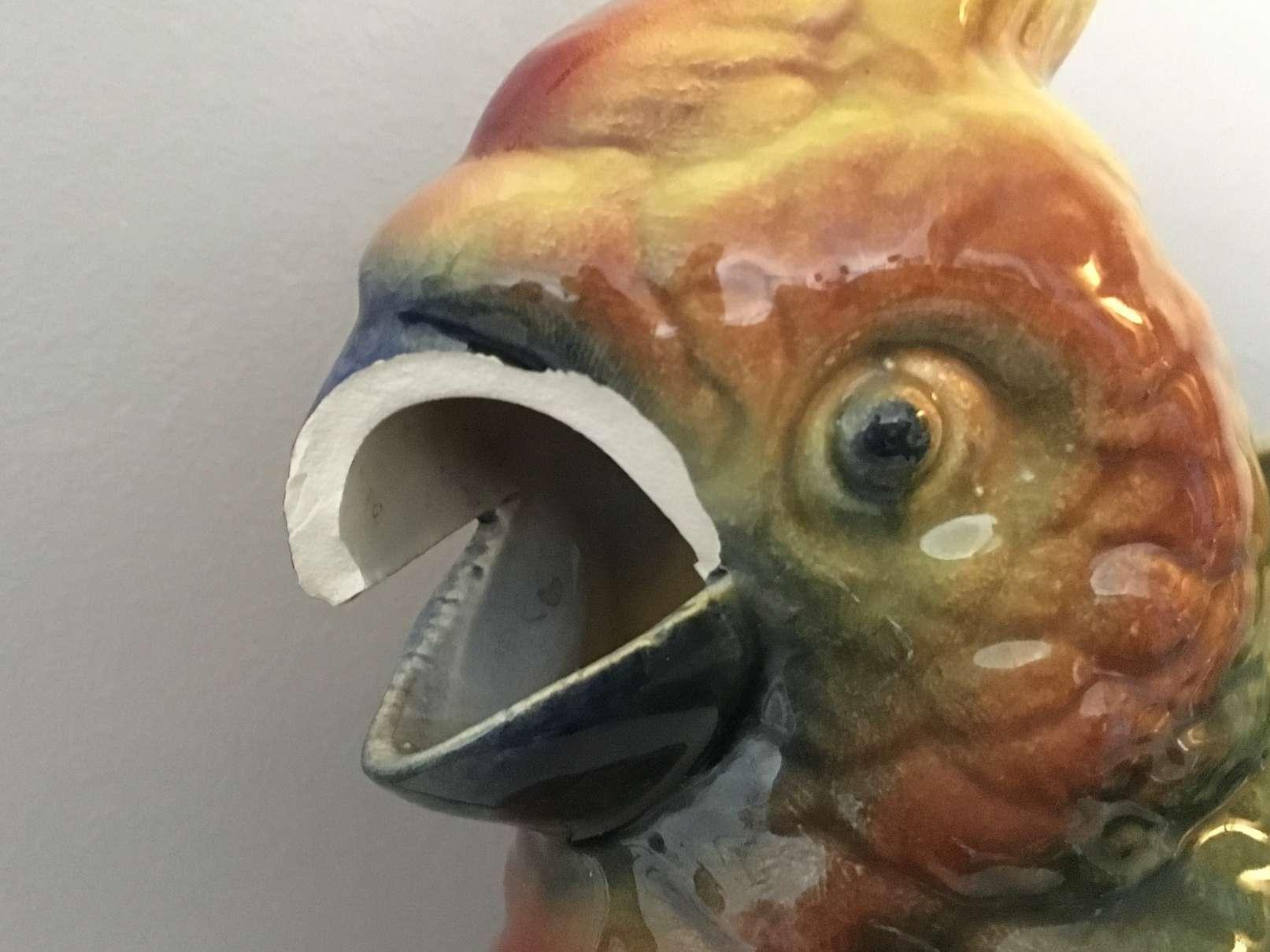 pichet-barbotine-faience-ceramique-perroquet-saint-clemen-sarreguemines-luneville-art-ancien-restauration-restaurarte-email-glaçure-oxyde-metallique.jpg