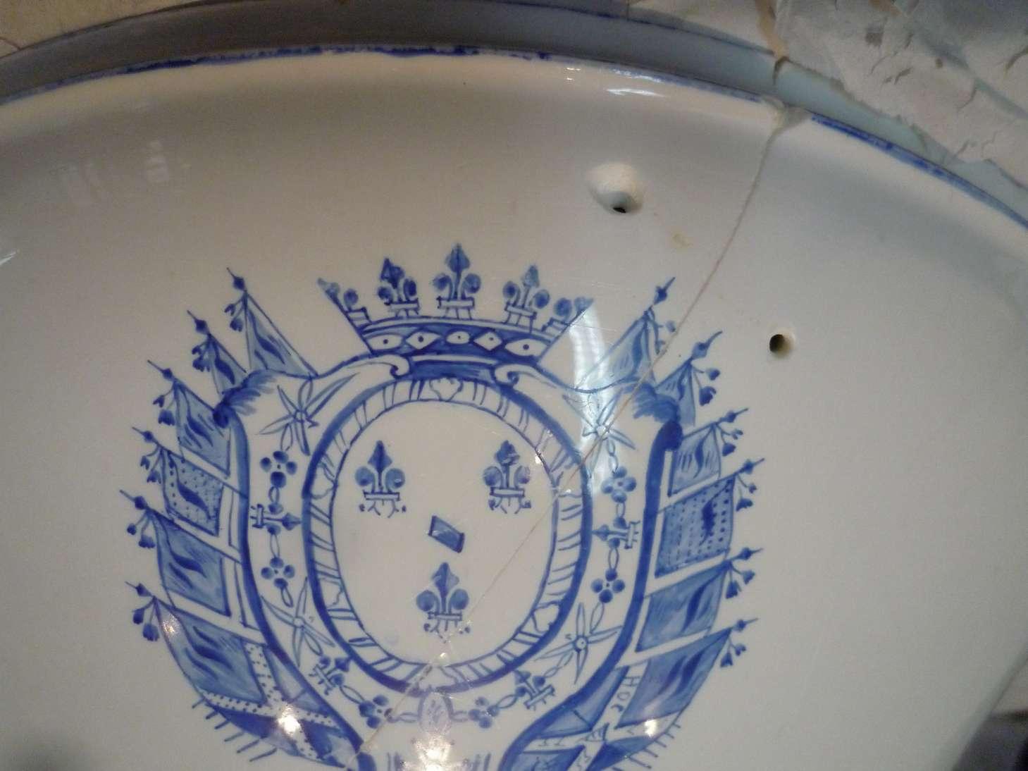 porcelaine-chantilly-bassine-blanche-cuisine-restauration-ateliers-restaurarte-art-invisible-trous-agrafes-ceramique.jpg