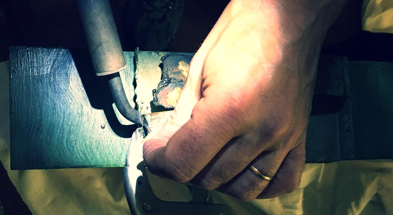 Restauration poignée en cuivre sur un meuble en bois