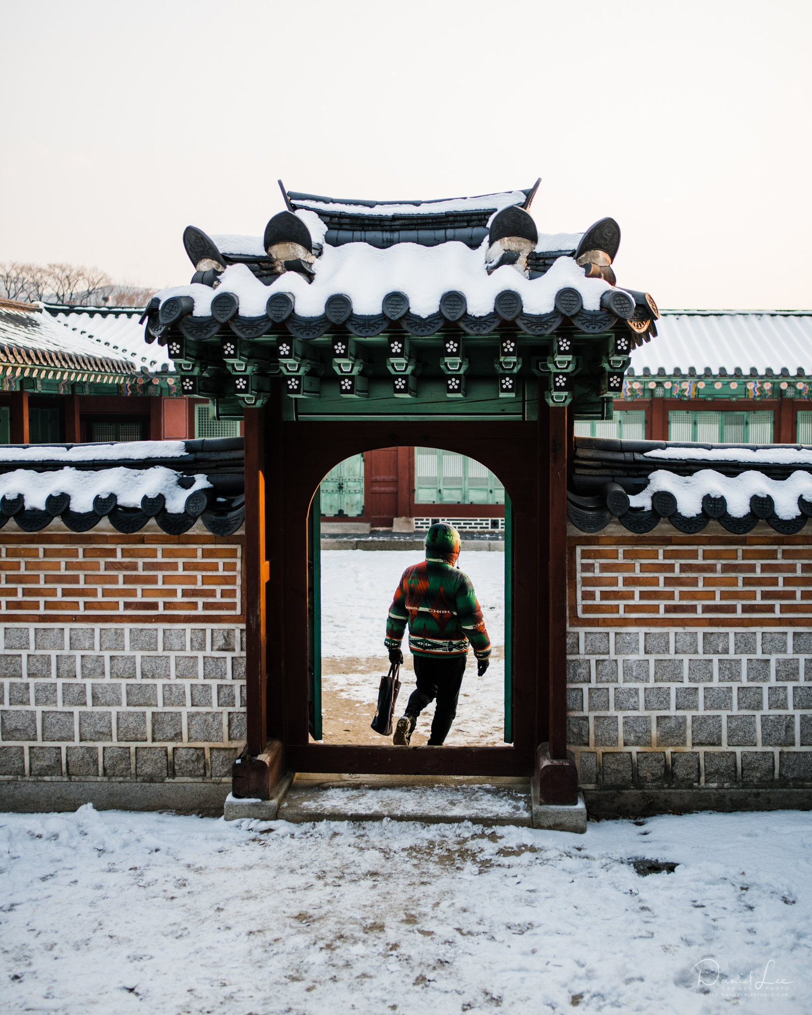 A visitor dressed in the right colors for Gyeongbukgung. Seoul, Republbic of Korea. Photo by Daniel Lee.