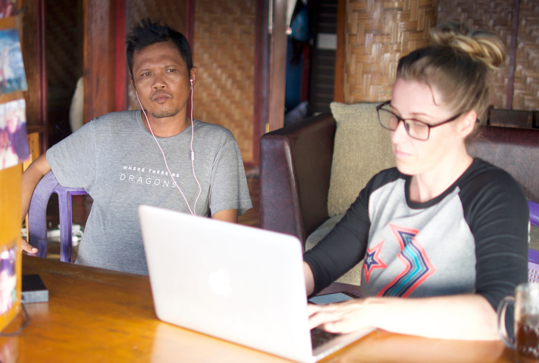 Kelli and Andar translate an interview from Baong Sama, the Bajau mother tongue, into Indonesian