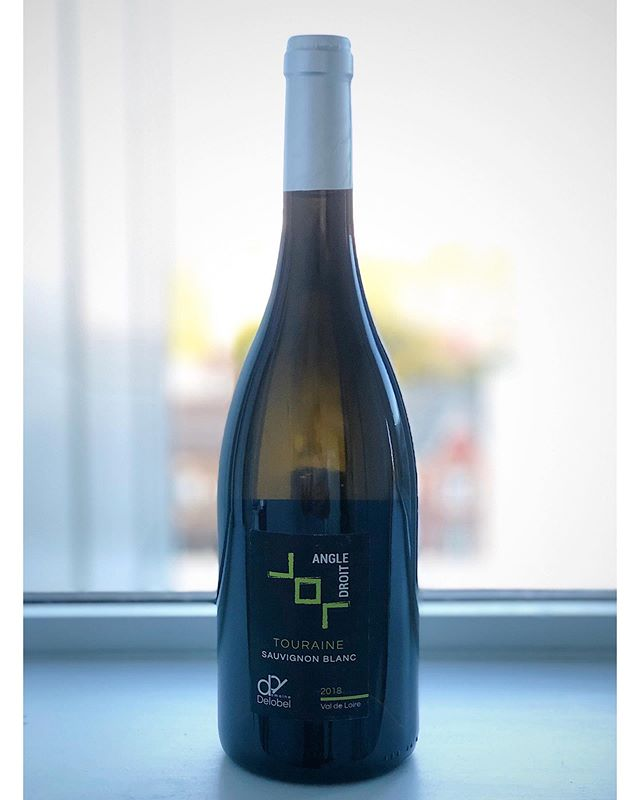 """Happy Friday, everyone! Presenting, Domaine Delobel Angle Droit 2018 (100% Sauvignon Blanc). Don't miss your chance to experience this remarkable wine from this fine estate. Hit the 'email' button in our bio for more info. """"These 25-year-old vines are planted on a sandy terroir called 'Sable de Sologne sur Argile', which allows a warming of the grounds. The deeper, second layer of the soil, is made of acid clay providing a beautiful aromatic finesse to the wine.  Despite a harsh frost during winter, a generous spring, and a hot summer allowed the wine to obtain rich aromas and a great structure. The grapes were manually harvested mid-September, followed by a short pneumatic press (1.5 hours) and a long vinification process at low temperature to release the best characteristics of this Touraine sauvignon. The winemaker Benjamin Delobel opted for a cold stabilization before stirring the lees or 'battonage', then aged in stainless steel tanks for 3 to 4 months.  A great expression of aromatic richness and finesse of grapefruit, citrus, and lychee. A fresh, crispy, well-balanced, and structured wine."""" - DD  #vino #wein #vin #winetasting #vinho #wine #winelover #SauvignonBlanc #vineyard #Touraine #Loire #France #whitewine #OrganicWine #NewArrival #CommunalMerchants"""
