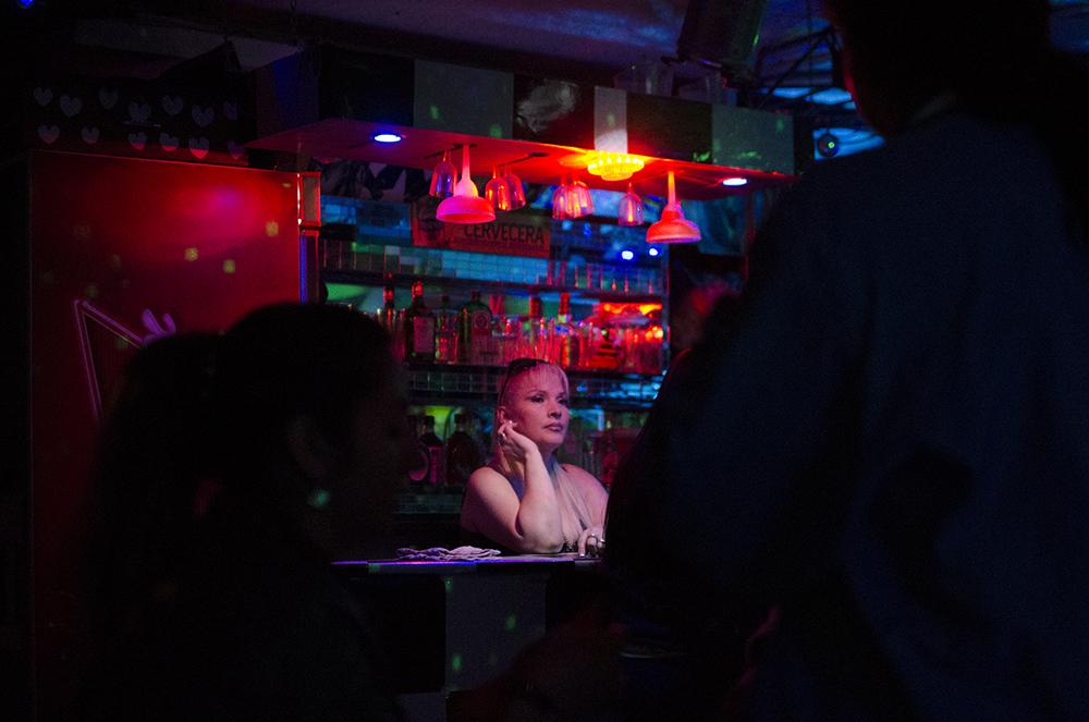 La Vida Nocturna de La Jota en Quito    Como parte del proyecto FLUZ Fotografía y Luz, Marisabel Peña visitó La Jota, una de las calles más conocidas de Quito.   Más  .