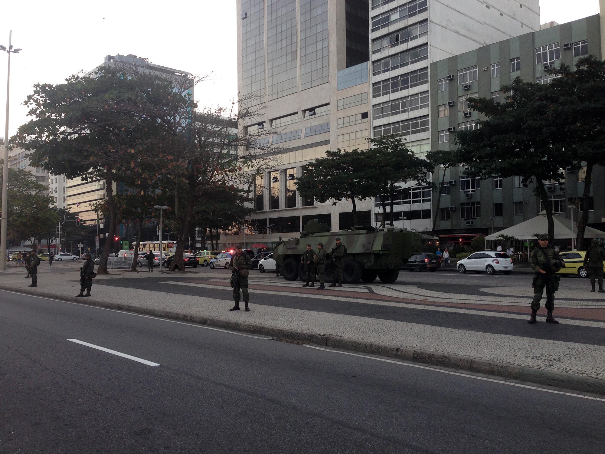Militares vigilan la playa de Copacabana en Río horas antes de la ceremonia de inauguración. 20 mil miembros de la milicia y 65 mil policías están desplegados en la ciudad por los juegos olímpicos . | Foto: Marcelo A.