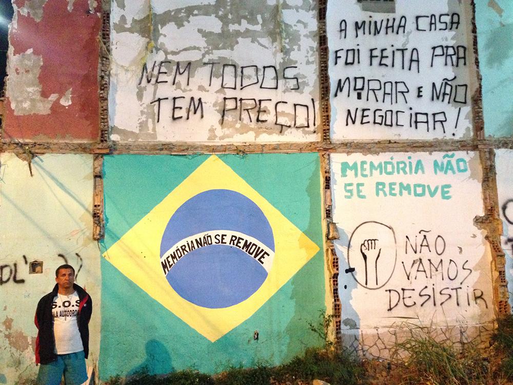 Luiz Claudio Da Silva y uno de los muros que se mantuvieron en pie en Vila Autódromo tras la remoción de más de 600 familias para dar paso a las obras de la Villa Olímpica .