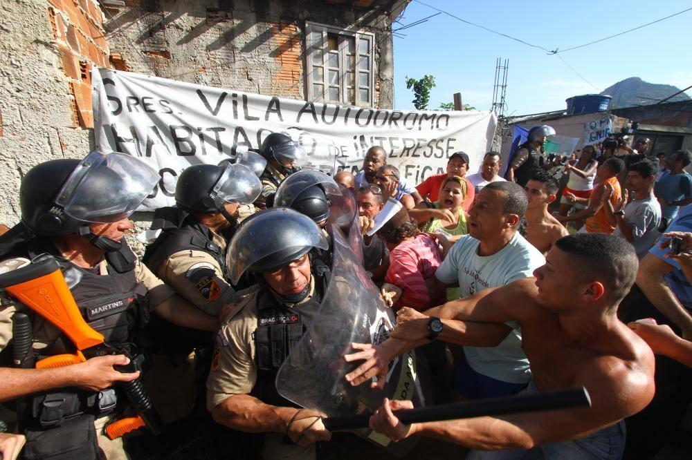 Luiz Claudio da Silva (camiseta blanca) junto a otros habitantes impiden la invasión por parte de la Policía Militar.  | Foto: Reproducción Página Oficial Vila Autódromo.