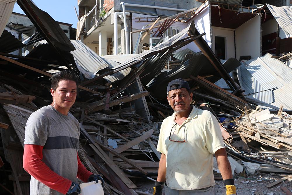 Santiago Ordóñez y su padre Jorge mueven escombros frente a los restos de su casa donde también funcionaba su local comercial. La vivienda tenia 130 años y era considerada patrimonio de Bahía | Foto: M. Ayala