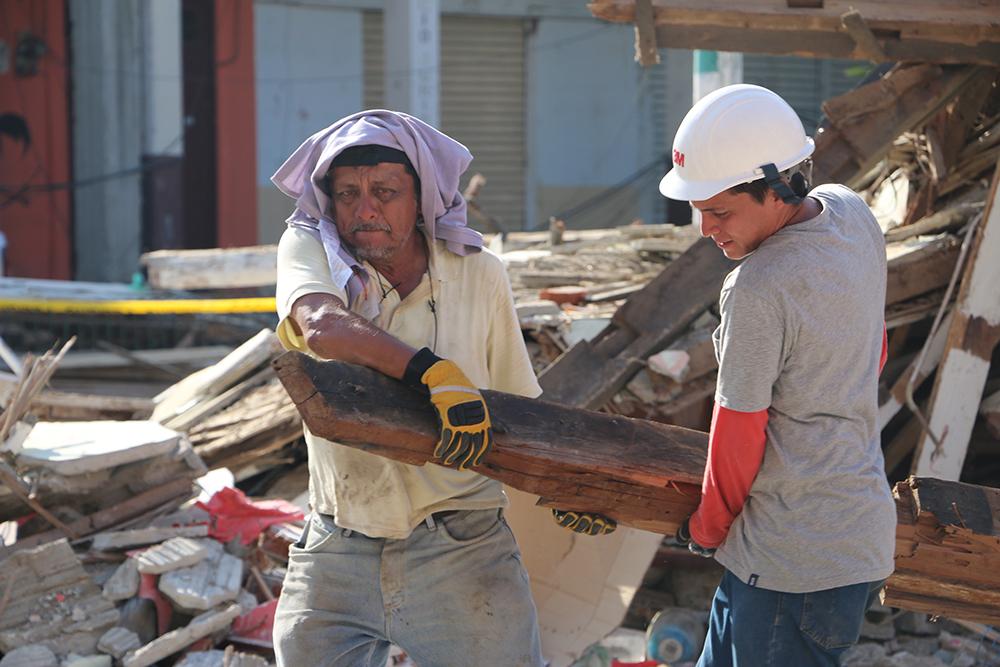 Jorge y Santiago intentan recuperar productos de su local comercial | Foto: M. Ayala